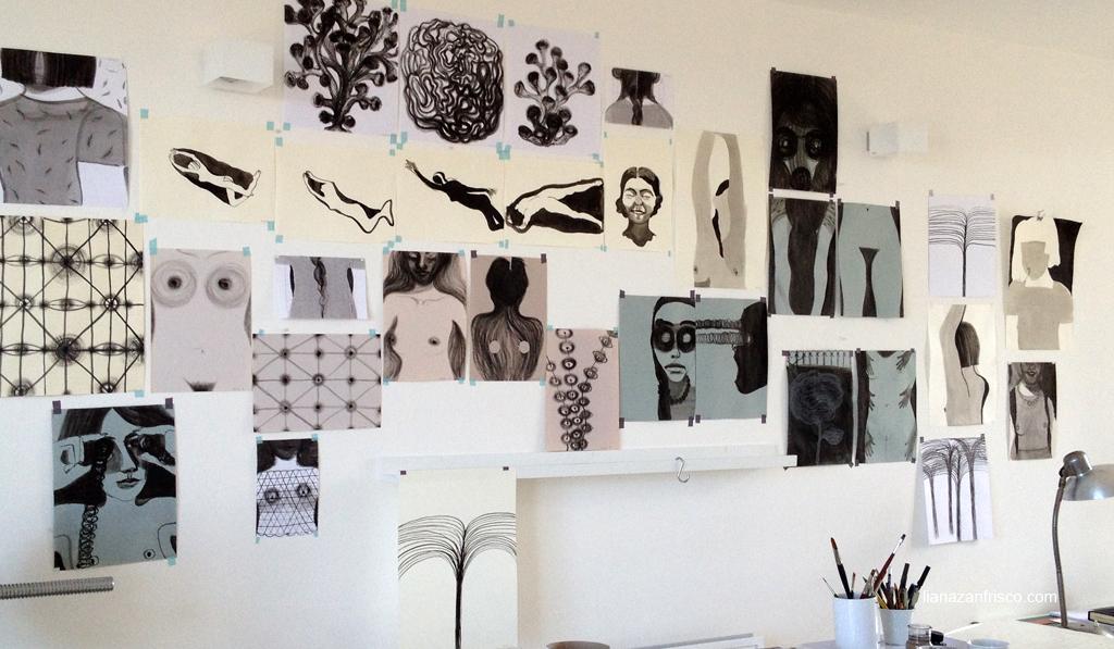 parete con disegni nel mio studio. Disegni senza controllo.