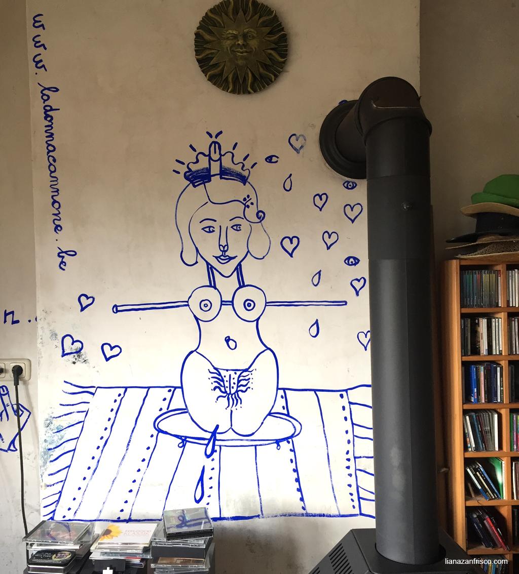Disegno su parete: donna nuda su un vassoio.