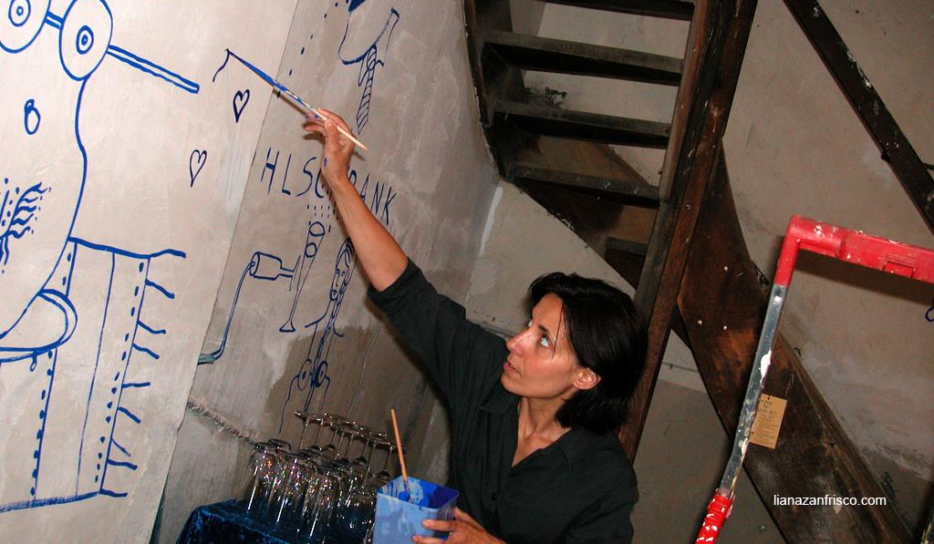 L'artista che dipinge direttamente sulla parete della stanza