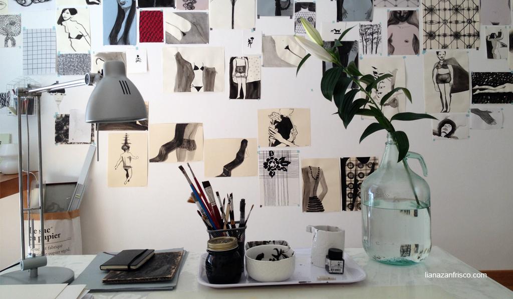 Arte del riordino, immagine dello studio parete di disegni di fronte allo scrittoio.