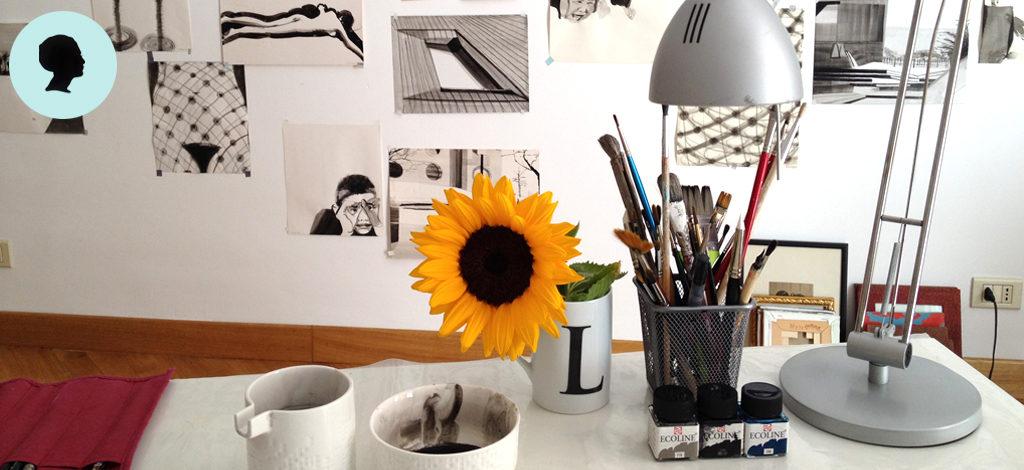 vista del mio studio, sul tavolo gli strumenti per disegnare. Sulla parete i miei lavori.