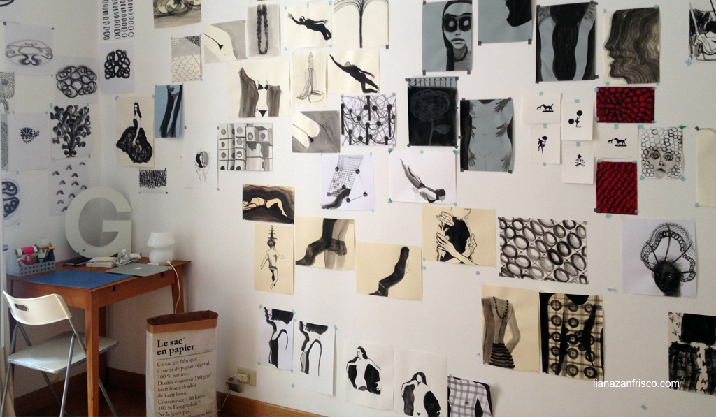 """Vista del mio atelier, un piccolo tavolo per disegnare e sulla parete i lavori della serie """"un colore, una linea"""""""