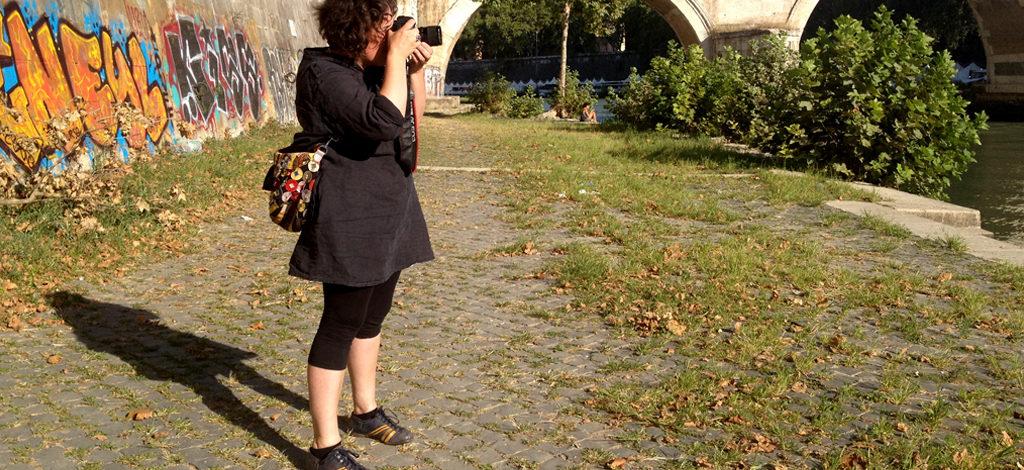 Claudia Schmitz, artista berlinese, fotografa il murales di William Kentridge a Roma.
