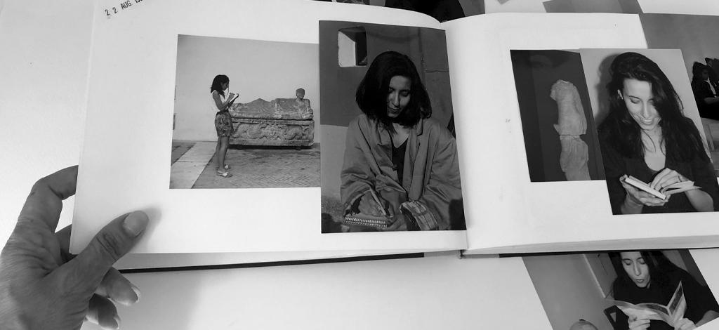 Album di fotografie, in tutte le foto ci sono io che disegno.